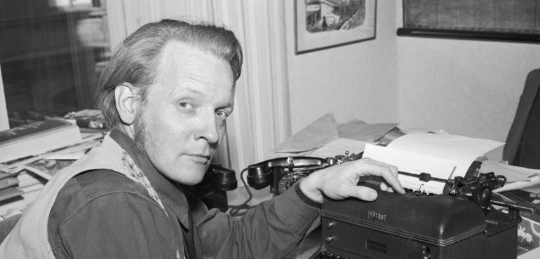 Porträtt av Per Anders Fogelström i sitt arbetsrum i bostaden på Fjällgatan 30. Foto: Jerry Lantz/Stockholms stadsmuseum.