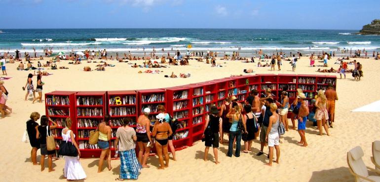 På biblioteket kan du fylla på sommarläsningen hela semestern. Foto: Andrada Radu