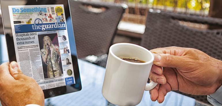Koppla av med en kopp kaffe medan du läser en digital tidskrift.
