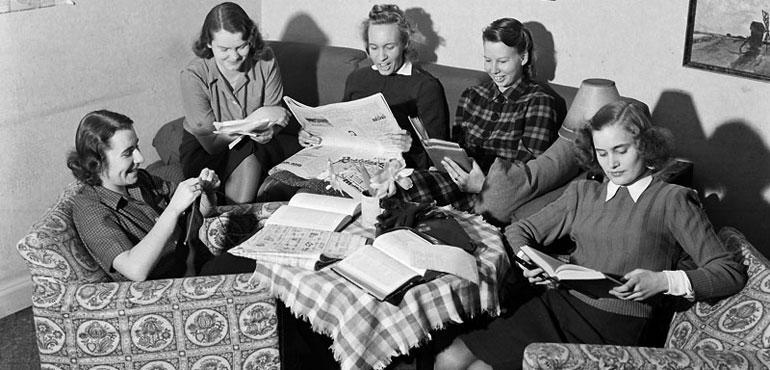 Bryggargatan 12 A, Studenthem. Studenter sitter i en soffgrupp och läser. Stadsmuseet, SvD-samlingen. Fotograf: Johansson